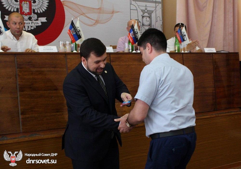 Сотрудникам ряда предприятий, на которых введены временные администрации, вручили членские билеты ОД «Донецкая Республика»