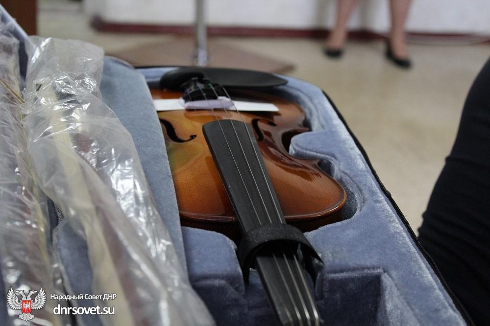 Денис Пушилин передал музыкальные инструменты в школу искусств города Кировское