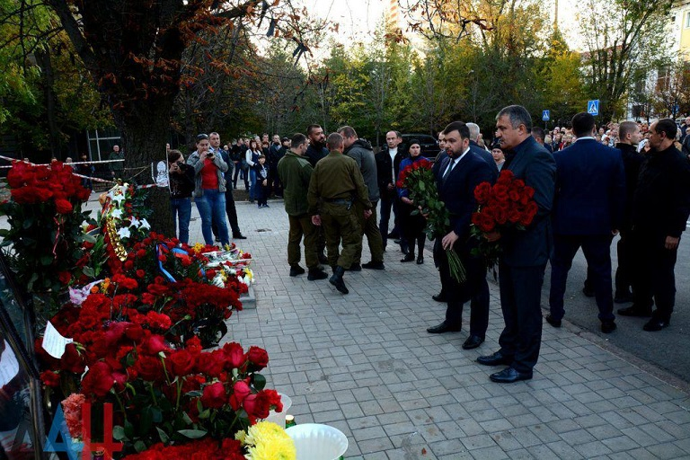 Врио Главы ДНР Денис Пушилин возложил цветы к памятному знаку у места гибели Александра Захарченко