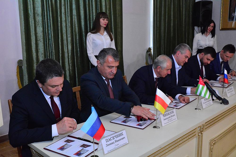 В Донецке прошла церемония торжественного спецгашения почтовой марки в честь вступления в должность Главы ДНР Дениса Пушилина