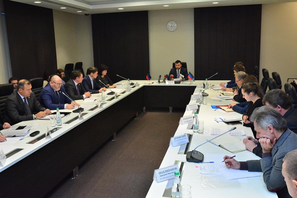 Денис Пушилин провел совещание с главами администраций городов и районов Республики