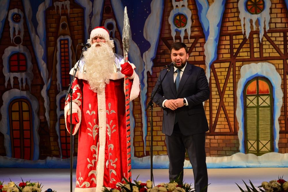 Денис Пушилин поздравил детей Республики с наступающим Новым годом