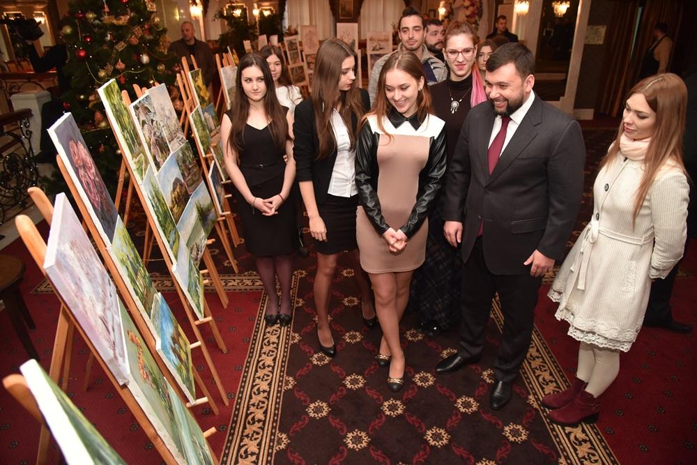 Глава ДНР Денис Пушилин наградил победителей республиканского художественного конкурса «Четыре сезона»
