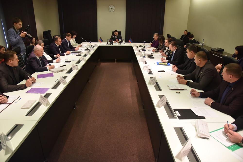 Денис Пушилин провел совещание с главами городов и районов Республики