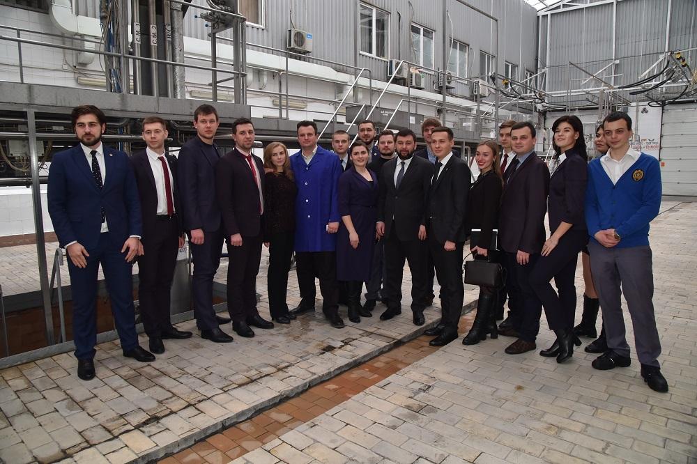 Денис Пушилин совместно с молодыми активистами посетил Донецкий городской молочный завод №2