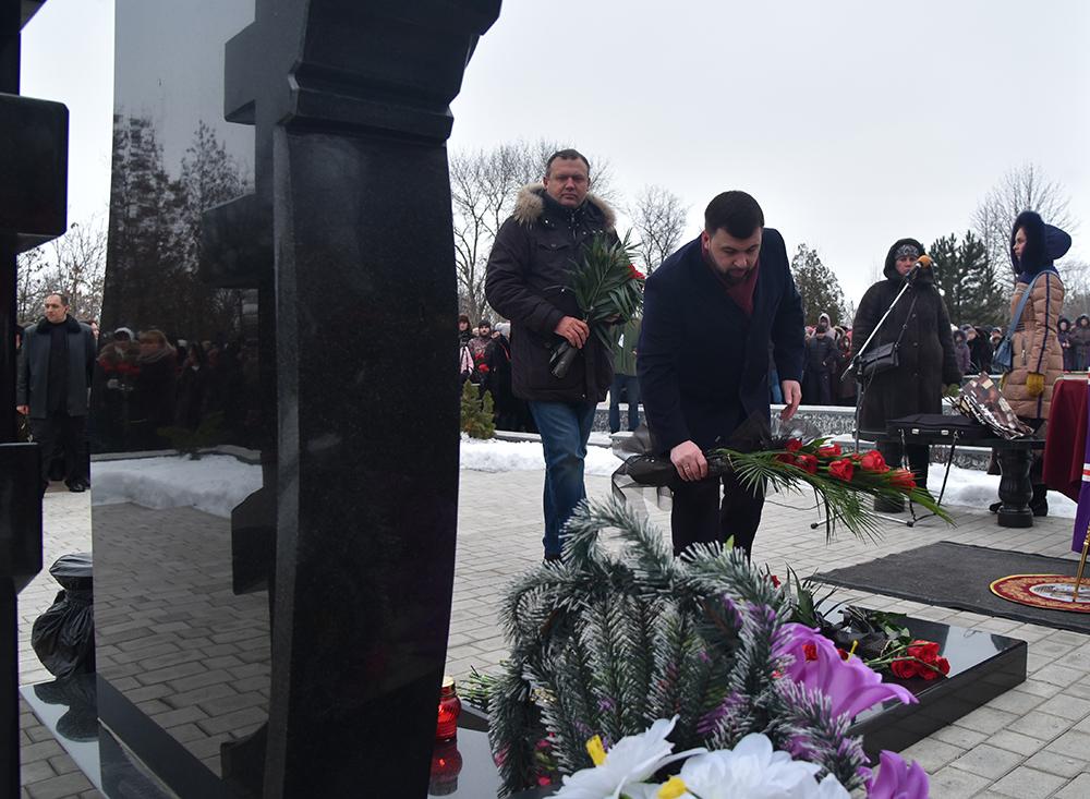 «Гиви – легенда, легенды не умирают»: Денис Пушилин принял участие в траурном митинге в честь Героя ДНР Михаила Толстых