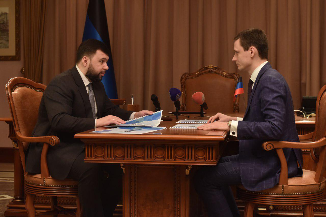 Глава ДНР Денис Пушилин ознакомился с дорожными картами по совершенствованию работы сети Интернет в Донецке и Енакиево