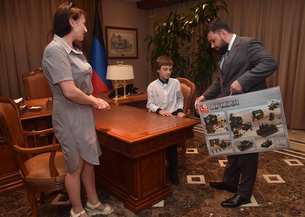 Глава ДНР Денис Пушилин исполнил мечту Артема из Шахтерска в рамках акции «Дерево желаний»