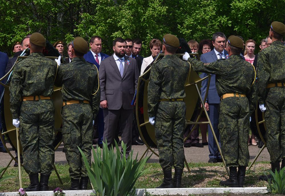 Глава ДНР Денис Пушилин возложил цветы к месту массового захоронения мирных жителей ЛНР – жертв украинской агрессии
