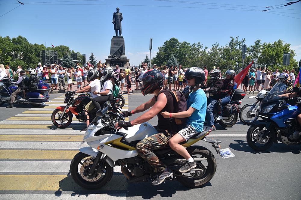 Глава ДНР Денис Пушилин присоединился к мотопробегу «Ночных Волков» по городу-герою Севастополю