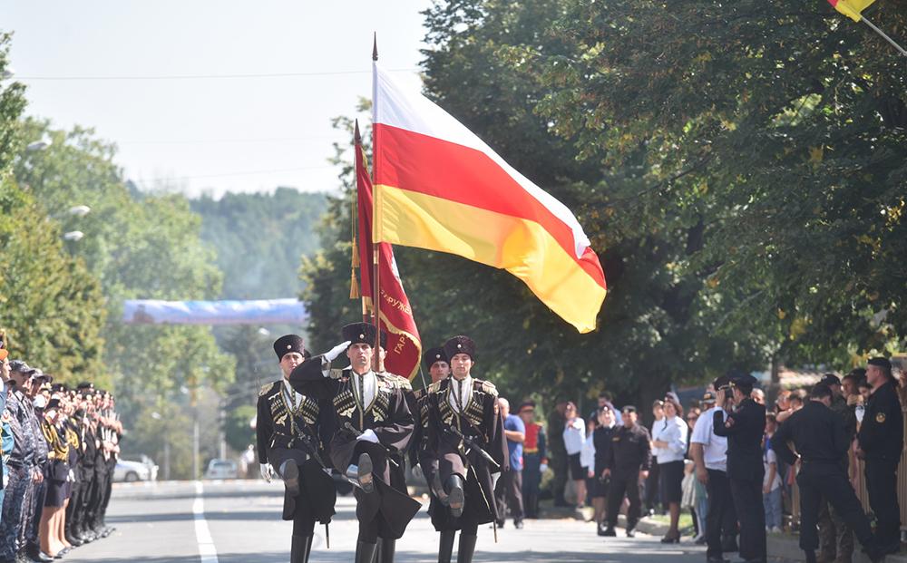 Глава ДНР Денис Пушилин посетил военный парад в Цхинвале (фоторепортаж)