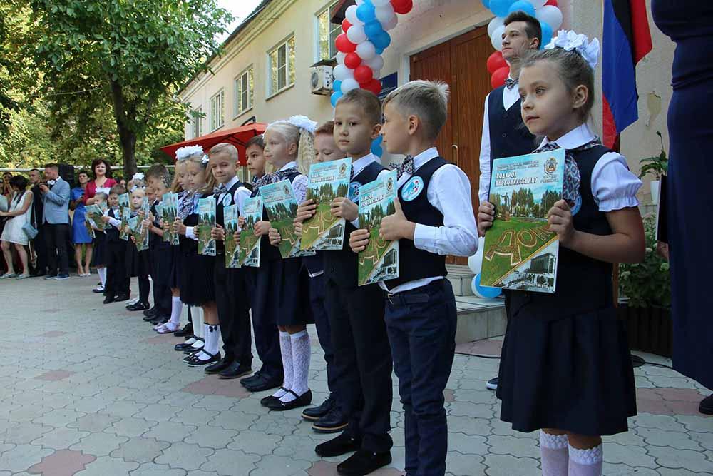 Глава ДНР Денис Пушилин посетил торжественную линейку по случаю праздника первого звонка в одной из донецких школ