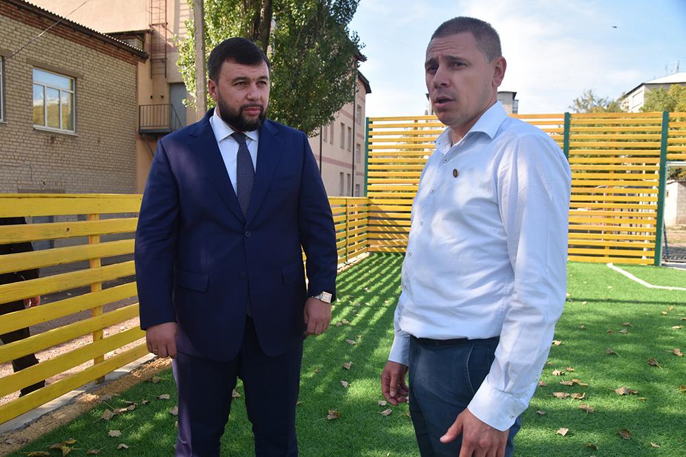 Глава ДНР Денис Пушилин осмотрел восстановленный после обстрелов мини-стадион в Тельманово