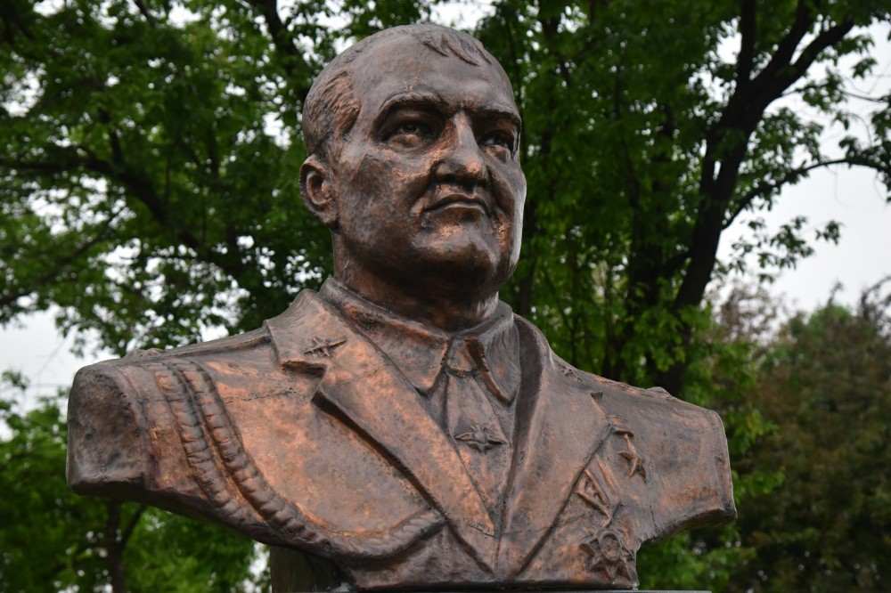 Глава ДНР Денис Пушилин возложил цветы к памятнику Герою Республики Олегу Мамиеву