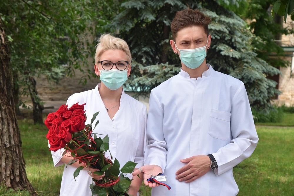 Глава ДНР Денис Пушилин вручил ключи от квартиры семье молодых медиков