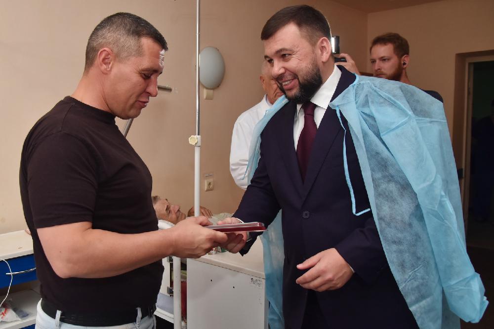 Денис Пушилин навестил находящегося на лечении спасателя и вручил ему государственную награду