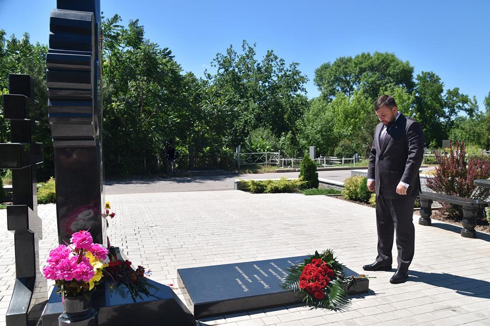 Глава ДНР Денис Пушилин возложил цветы к могиле Михаила Толстых
