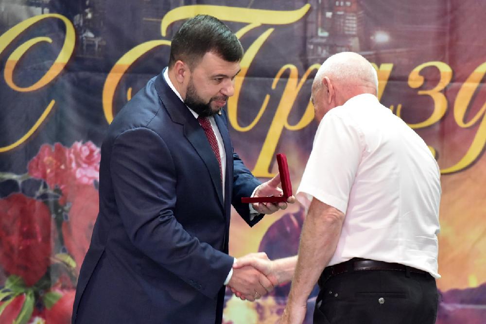 «Люди особой закалки с железным характером»: Денис Пушилин поздравил металлургов Республики с профессиональным праздником