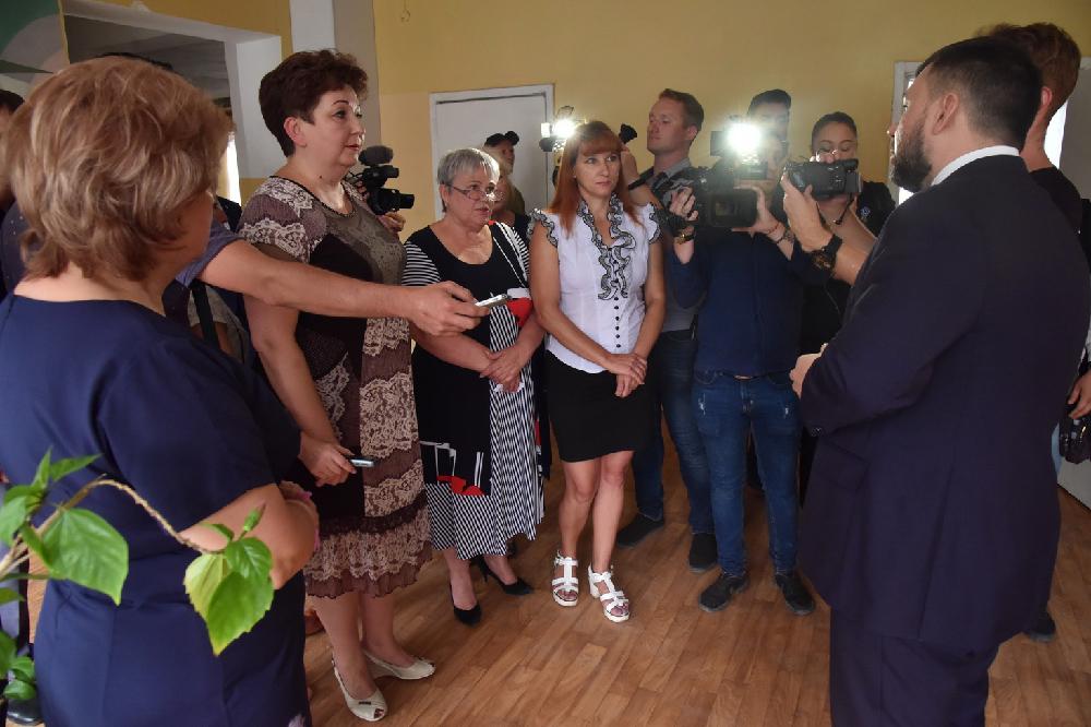 Глава ДНР Денис Пушилин проверил ход выполнения ремонтных работ в одной из горловских школ