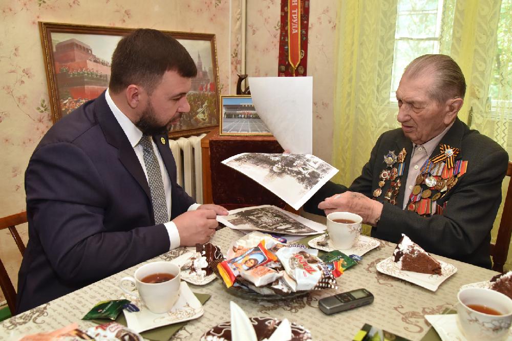 Денис Пушилин побывал в гостях у ветерана Великой Отечественной войны, участника Парада Победы 1945 года Алексея Кужильного