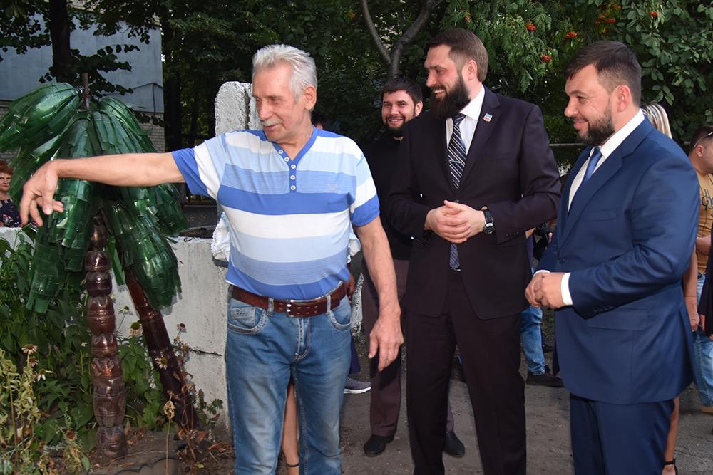 Денис Пушилин вручил ключи от квартиры пяти семьям жителей Дебальцево и ответил на вопросы горожан