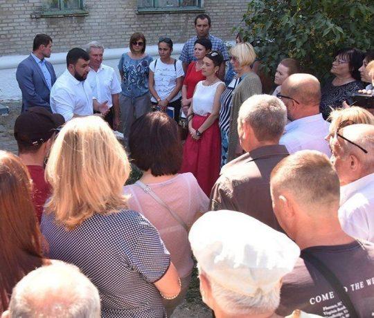 Денис Пушилин проинспектировал в Старобешево завершение работ по ремонту кровли жилых домов